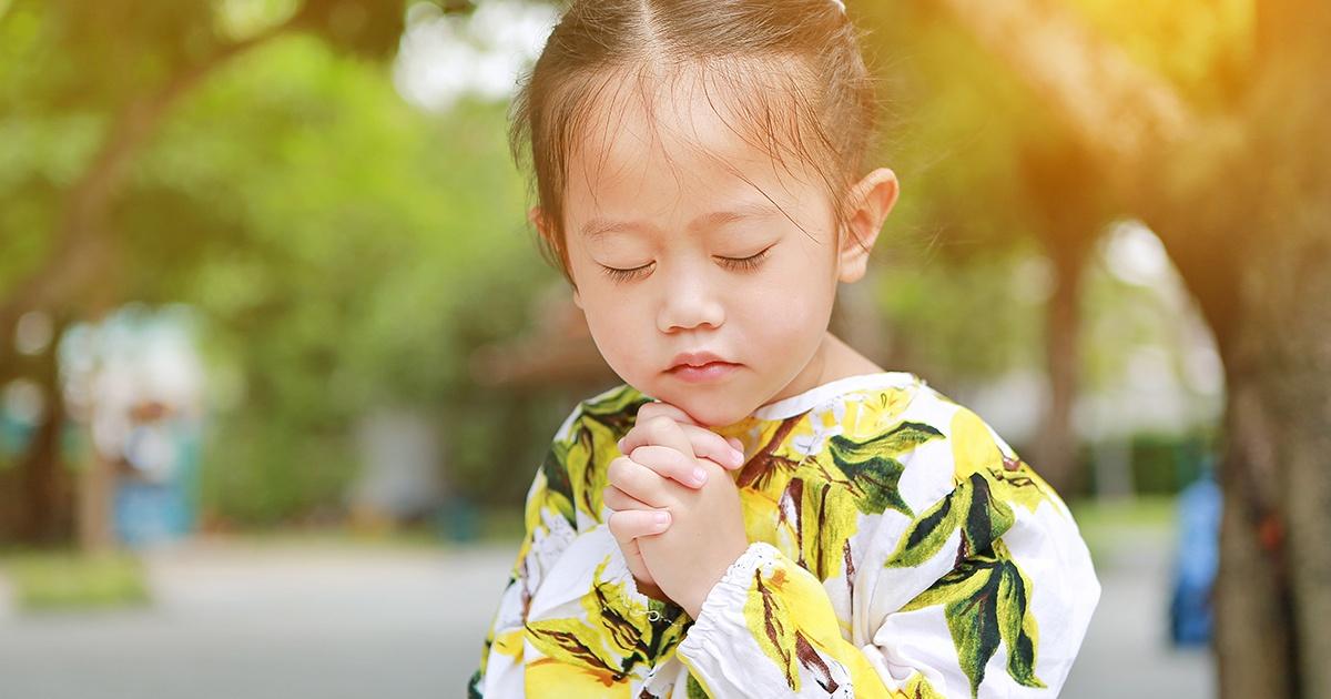 child praying outside - 1200